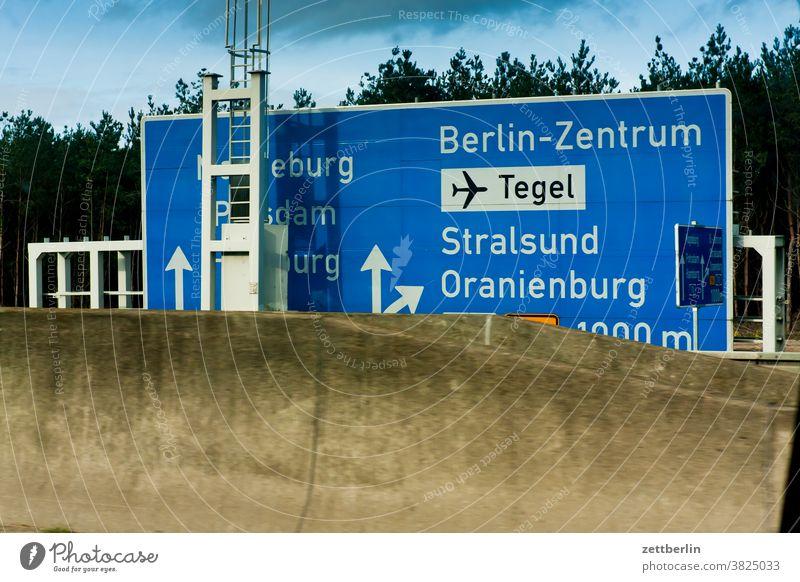 Wegweiser nach Tegel, Stralsund und Oranienburg abbiegen autobahn fahrbahnmarkierung hinweis kante kurve links navi navigation orientierung pfeil rechts
