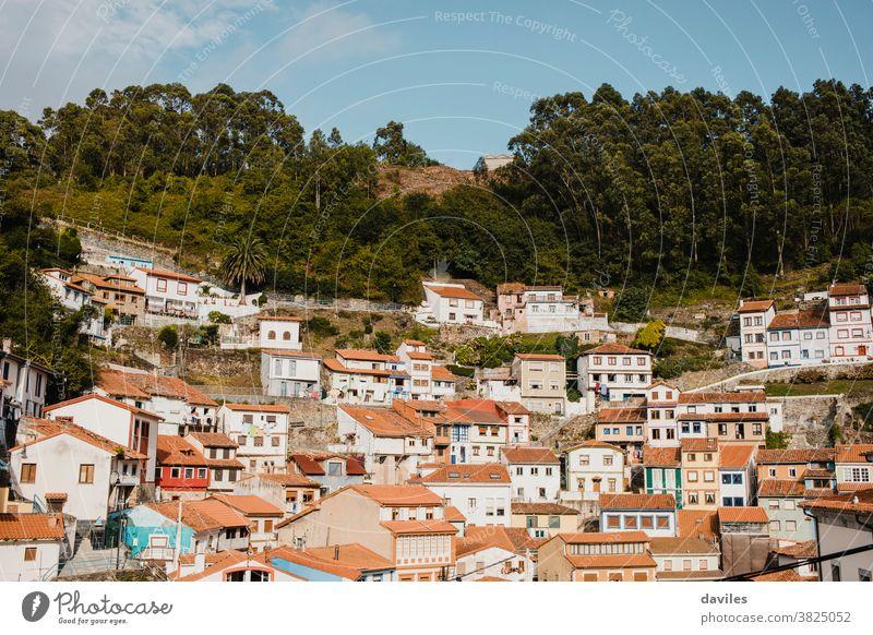 Stadtbild des Dorfes Cudillero im Norden Spaniens. Cudillero ist ein charmantes Dorf in Asturien, auf einem Hügel an der Atlantikküste gelegen, mit malerischer Architektur und touristischen Restaurants und Ecken