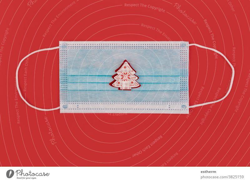 Frohe Weihnachten.chirurgische Schutzmaske mit Weihnachtsschmuck Weihnachtsmann Coronavirus Weihnachtshintergrund Chirurgische Schutzmaske Nikolausmütze
