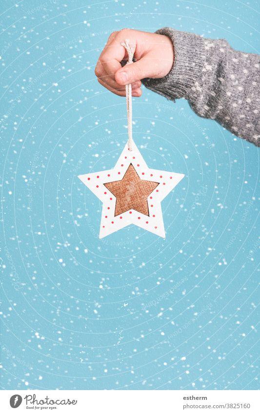 Frohe Weihnachten. Kinderhand hält einen Weihnachtsstern. Weihnachtsmann Spaß Feier Weihnachtsgeschenk Heiligabend Schneeflocken Fröhlichkeit Freude Glück