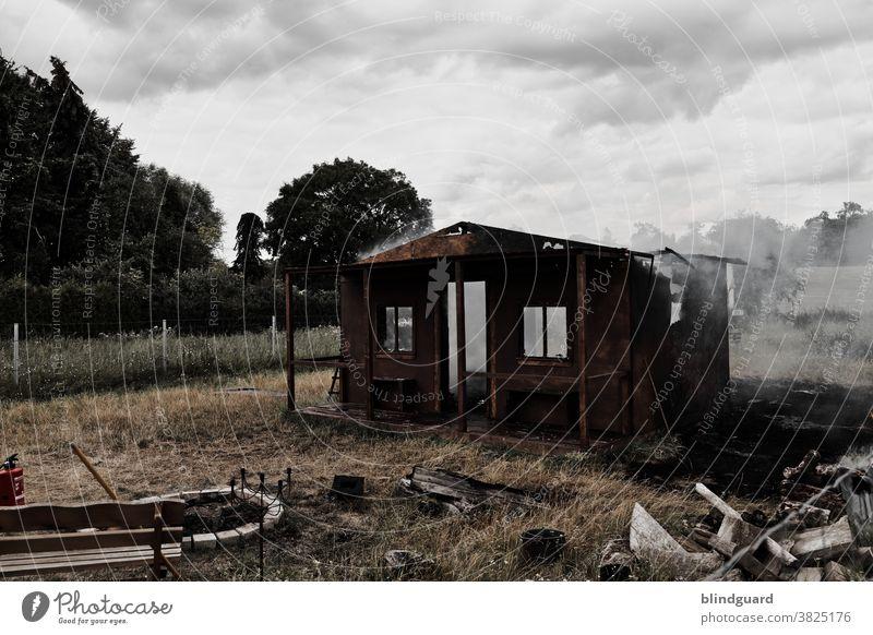 We'll burn the house down! Das tragische Ende einer Gartenhütte, die unschuldig Filmarbeiten geopfert wurde. Feuer Rauch Ruine Brand Gefahr Feuerwehr brennen