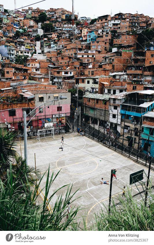 Fussballplatz in Medellin Fußball Fußballplatz Medellín bunte häuser Spielen Kinder Kolumbien Stadt urban dicht besiedelt farbenfroh spielende Kinder Südamerika