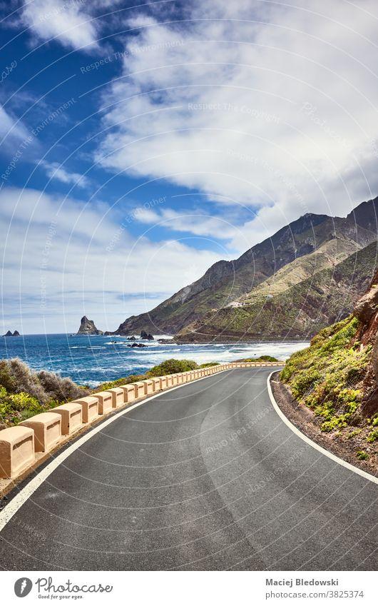 Panoramastraße am Meer im Macizo de Anaga-Gebirge, Teneriffa, Spanien. Reise Straße reisen Ozeanantrieb Urlaub malerisch Landschaft Laufwerk Atlantik MEER