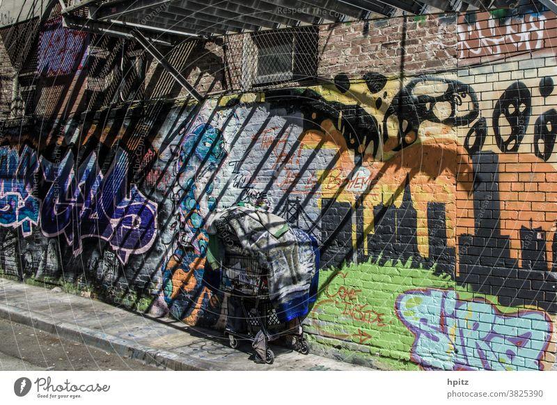 come inside obdachlos Licht & Schatten Einsamkeit Armut dreckig Graffiti Außenaufnahme Wand Stadt Farbfoto Fassade aussortiert ausgegrenzt