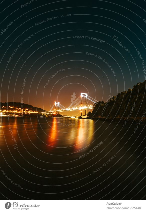Brücke, die sich nachts ins Meer spiegelt Großstadt Nacht Architektur Gebäude Stadtlandschaft reisen Licht malerisch Stadtzentrum Metropolitan Skyline niemand