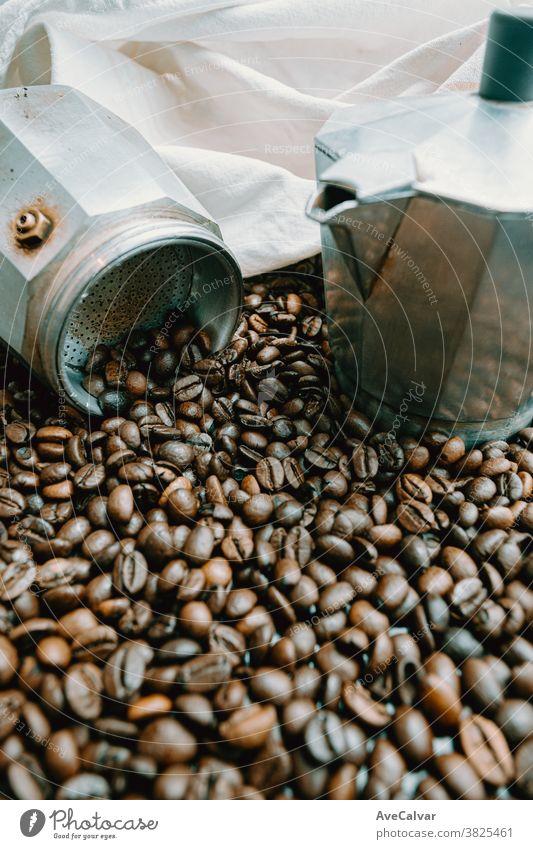 Eine offene Kaffeekanne, umgeben von vielen Kaffeekörnern heiß Lebensmittel Koffein gebraten trinken Aroma Mokka Café Korn Espresso Textur Oberfläche Getränk