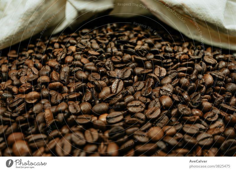 Eine farbenfrohe Nahaufnahme von vielen Kaffeekörnern heiß Lebensmittel Koffein gebraten trinken Aroma Mokka Café Korn Espresso Textur Oberfläche Getränk