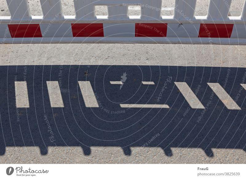 Kunst am Bau (zaun) | Schattengesicht Bauzaun Baustelle Straßenbau Absperrung Barriere Zaun Schutz Sicherheit Asphalt Gesicht Menschenleer