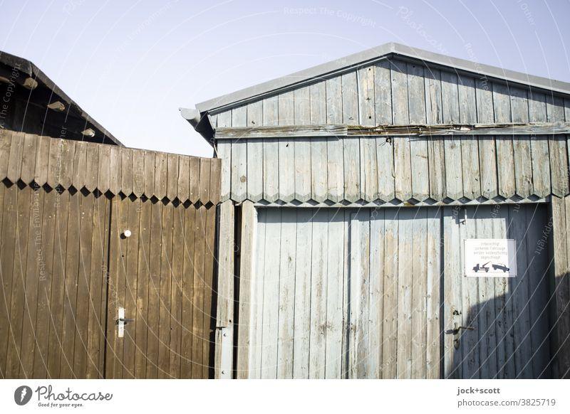 knapp daneben (update) wird abgeschleppt Holzhütte Tor Architektur Fassade Schilder & Markierungen Garage Garagentor Ausfahrt Brandenburg an der Havel