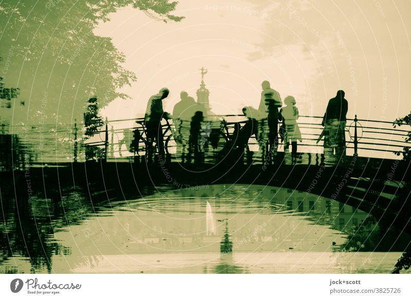 2500 Besucher über die gespiegelte gusseiserne Brücke Sehenswürdigkeit Charlottenburg Schloss Wege & Pfade historisch Reflexion & Spiegelung Weltkulturerbe