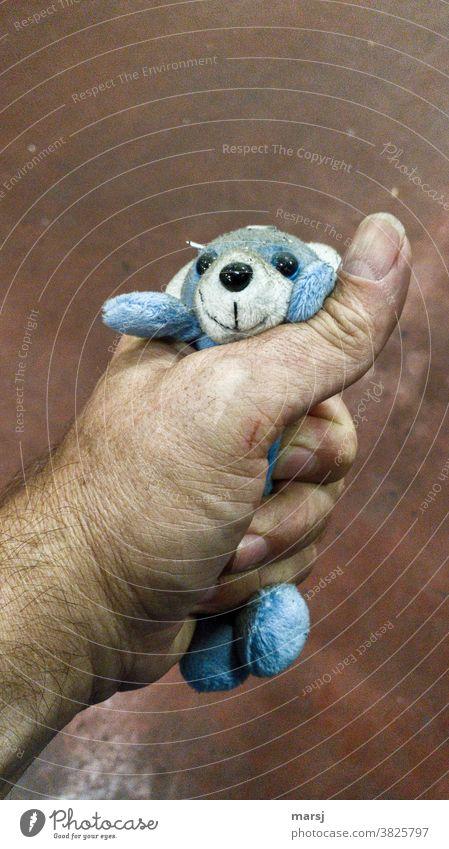 Als ich den kleinen, schmutzigen, blauen Plüschbären würgte, sagte er gar nichts mehr Gewalt Hand würgen drücken lieblosigkeit Mensch Wut Hass Aggression
