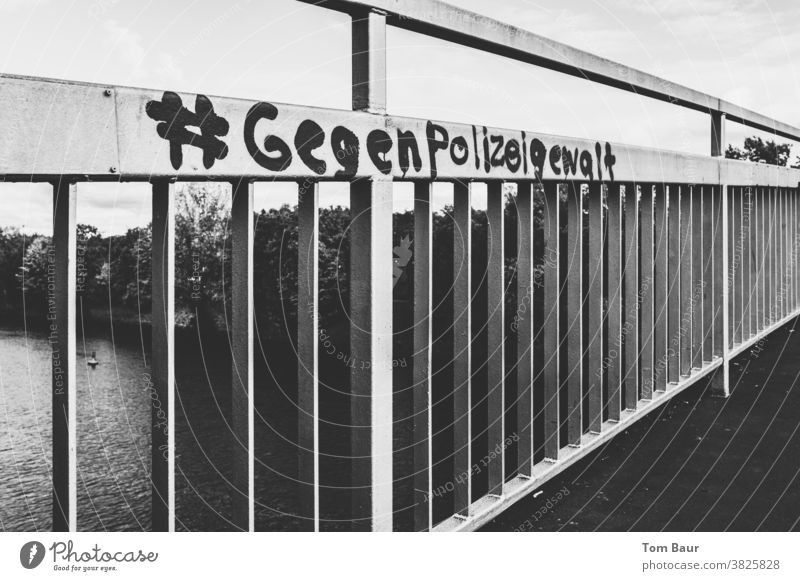 #gegenPolizeigewalt polizeigewalt Graffiti Brückengeländer Schwarzweißfoto Politik & Staat protestieren Außenaufnahme Schriftzeichen Gesellschaft (Soziologie)