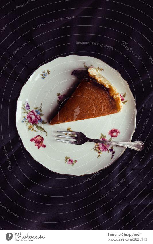 Scheibe Kürbiskuchen auf einem Teller Lebensmittel Foodfotografie Speise Gesunde Ernährung lecker Vegetarische Ernährung Studioaufnahme Gabel Herbst Diät Gemüse
