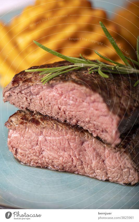 gegrilltes Steak mit frischen Kartoffelgittern bistecca alla fiorentina fettarm kochen Gewürz Rosmarin Sauce Kruste ungesund Essen Knusper knusprig golden
