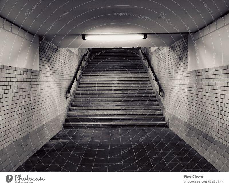 Nächtliche Fußgängerüberführung Fußgängerunterführung Einsamkeit Tunnel dunkel Unterführung Licht Treppe trist bedrohlich