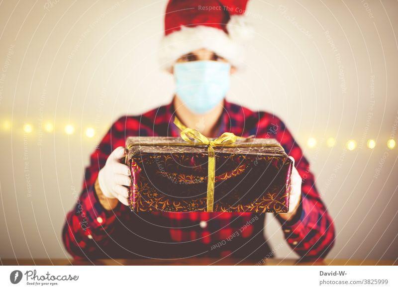 Corona - Weihnachten in Quarantäne Mann infiziert Pandemie Atemschutzmaske Mundschutz Geschenk Bescherung alleine