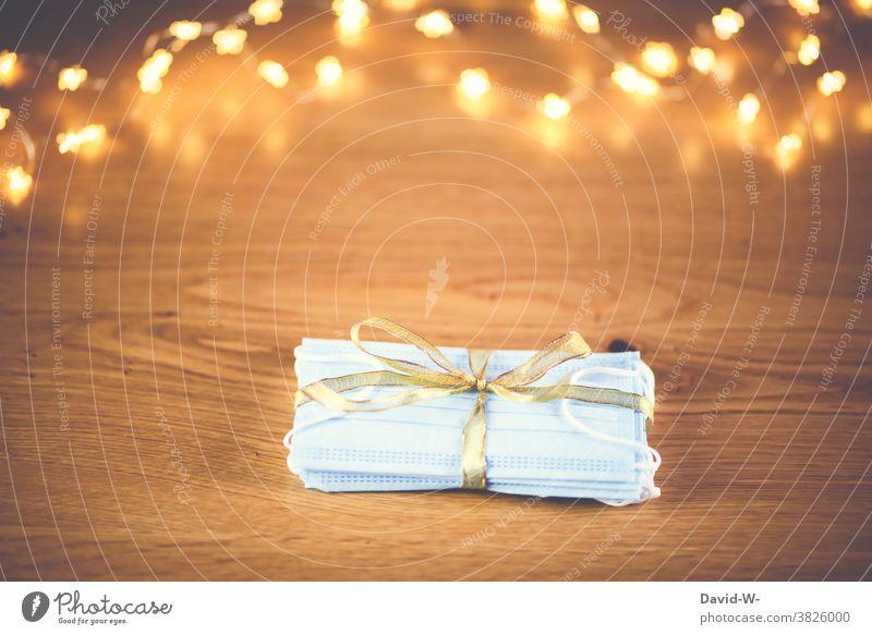 Corona und Weihnachten - Atemschutzmasken / Mundschutz als Geschenk verpackt Masken pandemie Bescherung Gesundheit Schutz COVID Corona-Virus Schützen