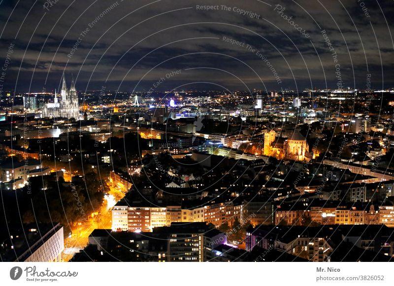 Köln am Abend aus der Vogelperspektive Kölner Dom Sehenswürdigkeit Wahrzeichen Skyline Stadt Panorama (Aussicht) Nacht Himmel Wolken Nachthimmel Stadtzentrum
