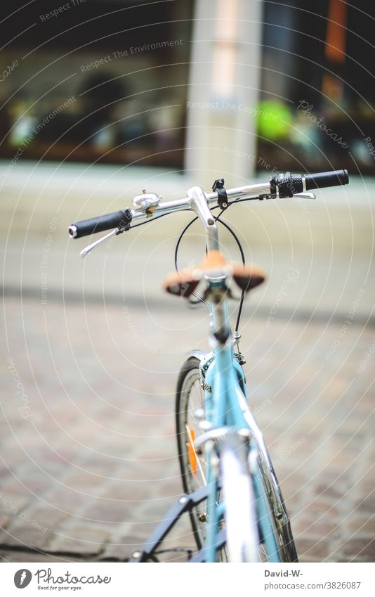 ein abgestelltes abgeschlossenes Fahrrad Stadt retro türkis Lenker parken Fahrradlenker Fahrradfahren