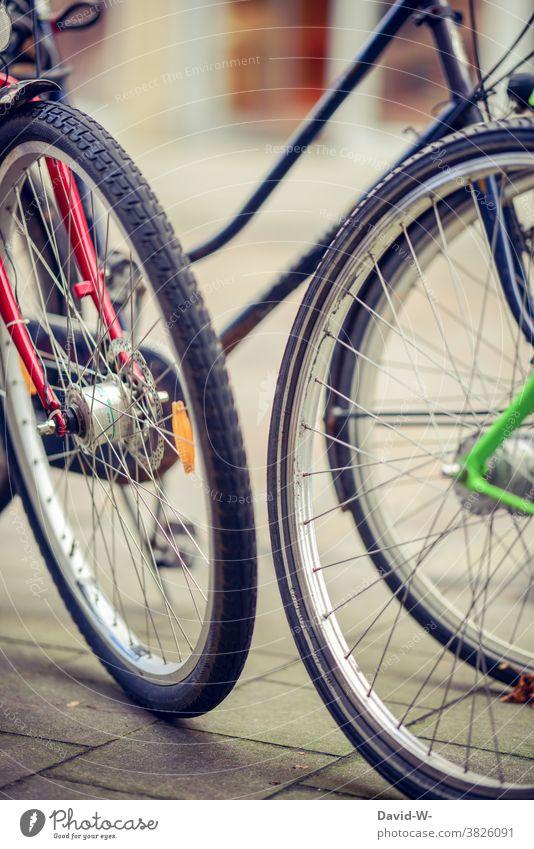 bunte Fahrräder stehen auf der Straße Fahrrad Rad Reifen Fahrradreifen Stadt parken Fahrradfahren Speichen Verkehr Verkehrsmittel