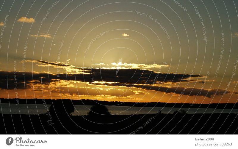 Sonne und Wolken Licht Horizont Windstille ruhig Stimmung Abend Natur