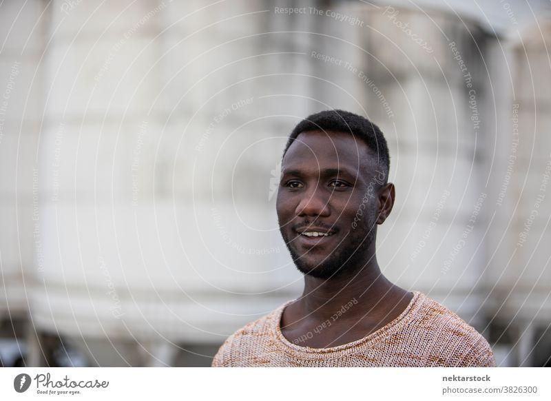 Porträt eines gut aussehenden Mannes Gesicht Lächeln schwarz Zahnfarbenes Lächeln afrikanische ethnische Zugehörigkeit Wegsehen echte Seitenansicht eine Person