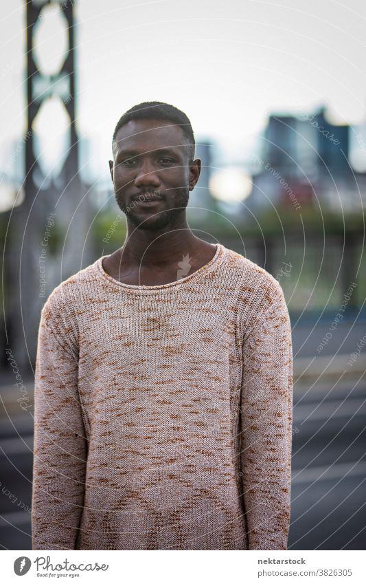 Hübscher schwarzer Mann im Pullover im Freien Porträt Pose afrikanische ethnische Zugehörigkeit Wegsehen Mode Vorderansicht eine Person Nur ein Mann