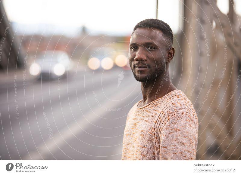 Porträt eines gutaussehenden schwarzen Mannes mit Autoverkehrshintergrund afrikanische ethnische Zugehörigkeit Kopf gedreht Wegsehen eine Person Nur ein Mann