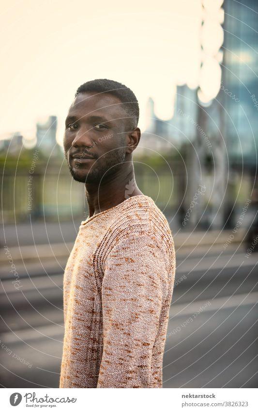 Porträt eines hübschen schwarzen Mannes, der den Kopf dreht und in die Kamera schaut afrikanische ethnische Zugehörigkeit Kopf gedreht in die Kamera schauen