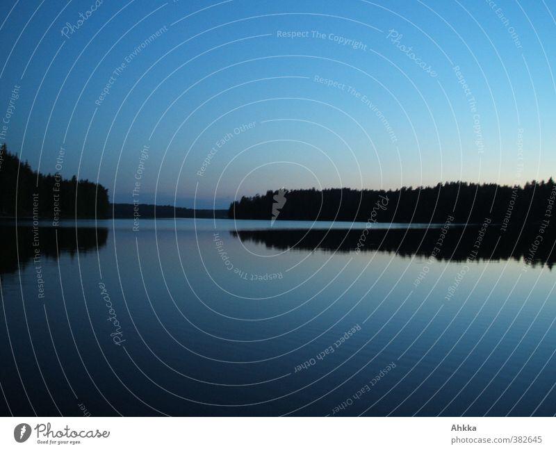 Nachtaufnahme eines windstillen Sees in Finnland Natur Ferien & Urlaub & Reisen Wasser Erholung Einsamkeit Landschaft ruhig Ferne Küste Denken träumen Stimmung