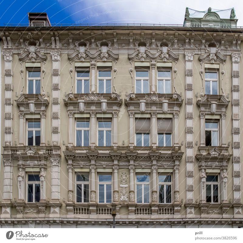 architektonisches Detail in Passau architektur ausschnitt Fassade hausfassade verziert alt historisch kultur Tradition Gebäude Haus fenster Bayern Niederbayern