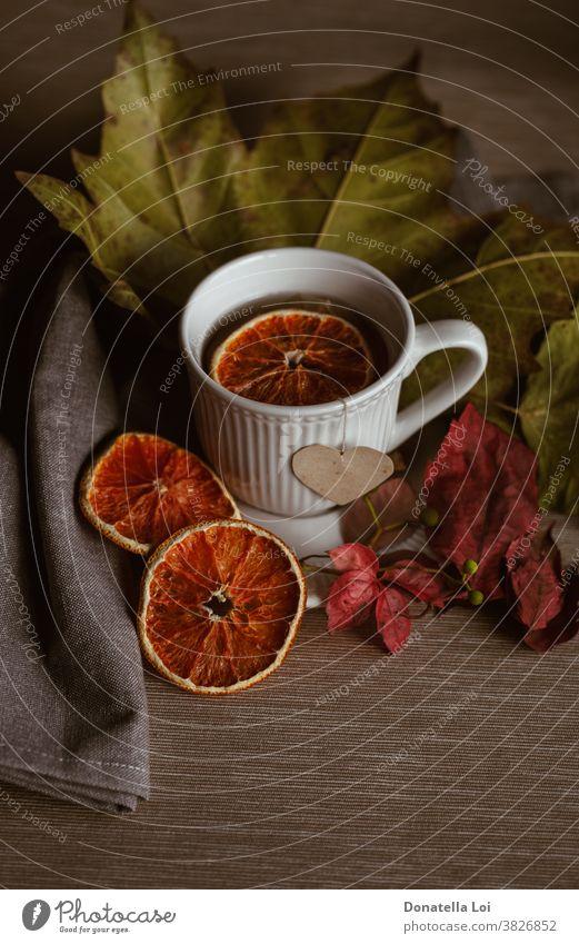 Tasse Tee-Stillleben Herbst Farben trinken trocknen fallen Lebensmittel Früchte Herz im Innenbereich Blätter Licht liquide Moment Morgen orange Porzellan