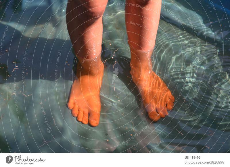 Füße kühlen im Wasser. Kind Wasserspiegelung Badewasser Abendsonne sommerlich baden erfrischend Spiegelung im Wasser Farbenspiel entspannt Wasseroberfläche
