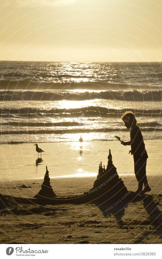 wen die Muse küsst ... | der baut aus Sand eine wunderschöne Burg Strand Urlaub Sandburg Sonnenuntergang Meer Kind Junge Kleinkind spielen spielerisch Spaß