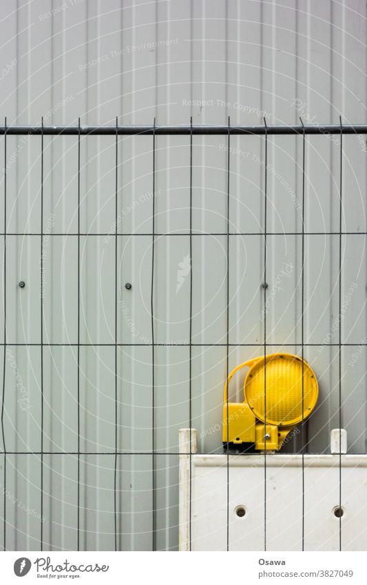 Baustelleneinrichtung Container Baucontainer Bauzaun Absperrung Lampe Leuchte Signal signalleuchte Stahl Kunststoff Plastik Plaste Wellblech Trapezblech Grau