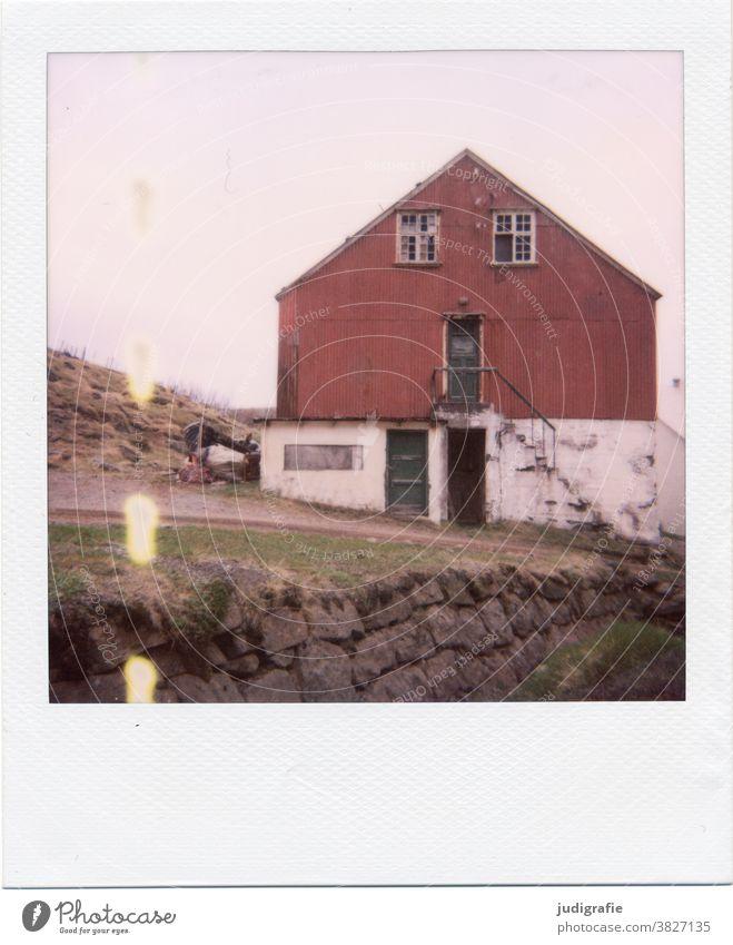 Isländisches Haus auf Polaroid Island Hütte Fenster Treppe Tür wohnen Farbfoto Außenaufnahme Menschenleer Gebäude Wand Architektur Häusliches Leben Einsamkeit