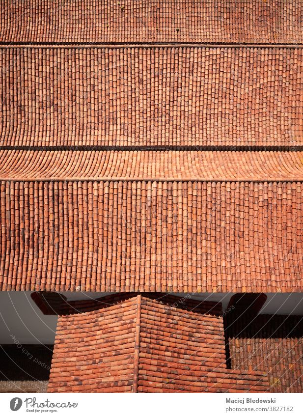 Bild eines alten Tonziegeldaches von oben. Dach Fliesen u. Kacheln Muster Haus rot Gebäude Architektur Spanien Teneriffa Antenne im Freien antik Außenseite Foto