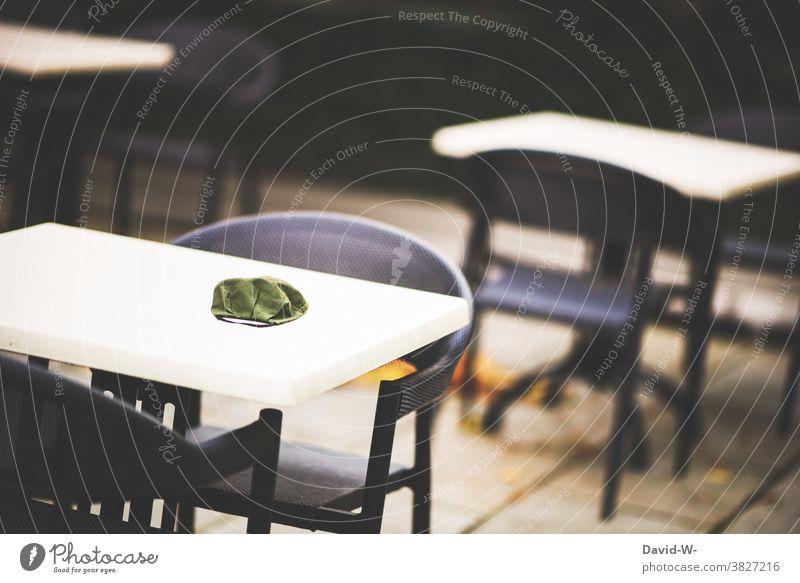 Gastronomie und Corona geschlossen Maskenpflicht Atemschutzmaske Mundschutz Tische leer pandemie Lockdown
