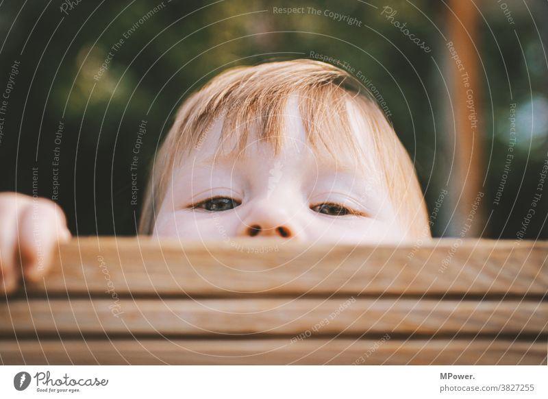 neugier Kind Kindheit Neugier verstecken Spielen Mensch Blick Blick in die Kamera Fröhlichkeit 3-8 Jahre Porträt frech Spielplatz Farbfoto Augen Glück Gesicht