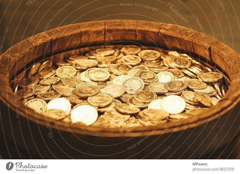 goldschautz goldschatz Münzen Fass Geld Geldmünzen Bargeld sparen Reichtum Investition Finanzen Vermögen Einkommen