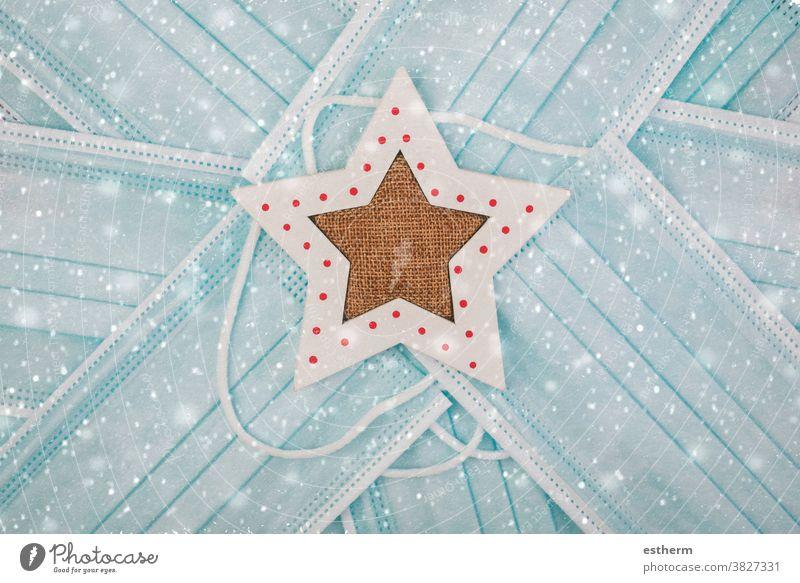 Frohe Weihnachten.chirurgische Schutzmasken mit Weihnachtsstern Weihnachtsmann Coronavirus Weihnachtshintergrund Chirurgische Schutzmaske Nikolausmütze