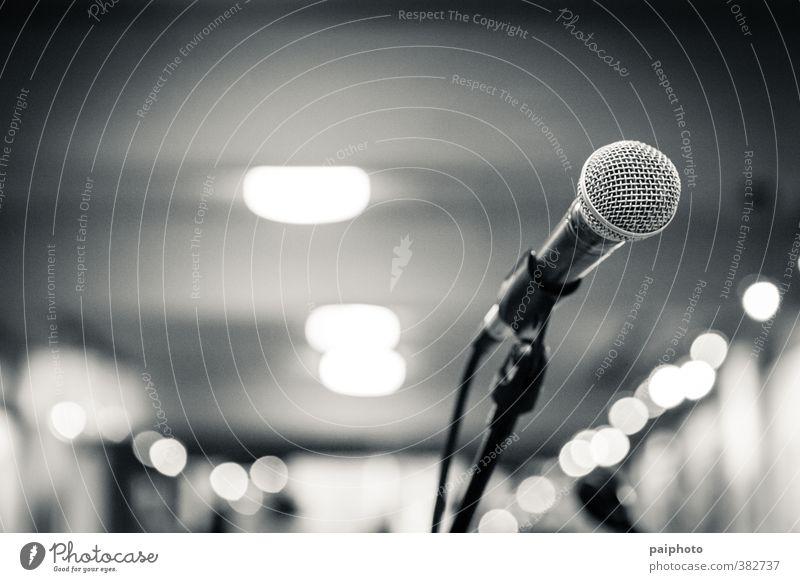 mikrofonisoliert Konzert leer Saal Mikrofon Mikrofonkabel Einsamkeit Schwarzweißfoto Festspiele Auftritt grau Musik Präsentation Szenario singen Bühne stehen
