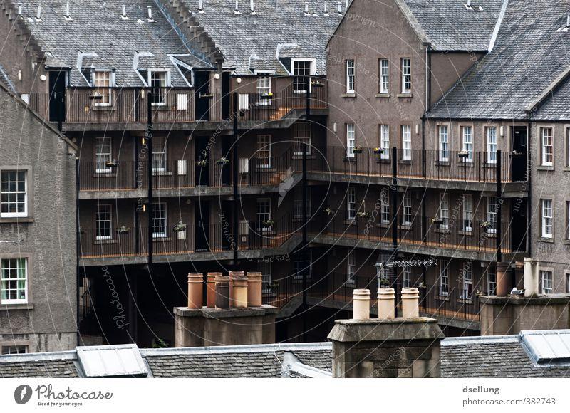 Edinburgh Hinterhof Stadt Haus dunkel kalt Fenster Wand Architektur Mauer Gebäude grau braun Fassade Treppe trist Dach Balkon