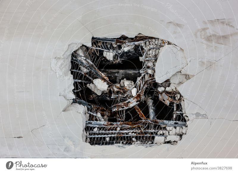 Kunst am Bau | Fassadenschaden Wand Loch Farbfoto kaputt Menschenleer Verfall Putz alt Vergänglichkeit Mauer Außenaufnahme Zerstörung verfallen