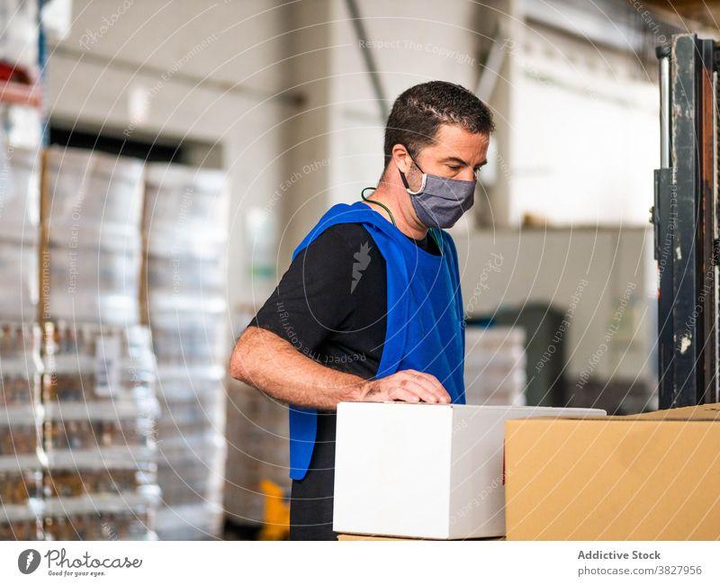 Serious Lagerarbeiter stehen in der Nähe von großen Karton-Boxen Mann Arbeiter Container Schachtel Lagerhalle Kasten Paket Auslieferer Arbeitsplatz Kollo