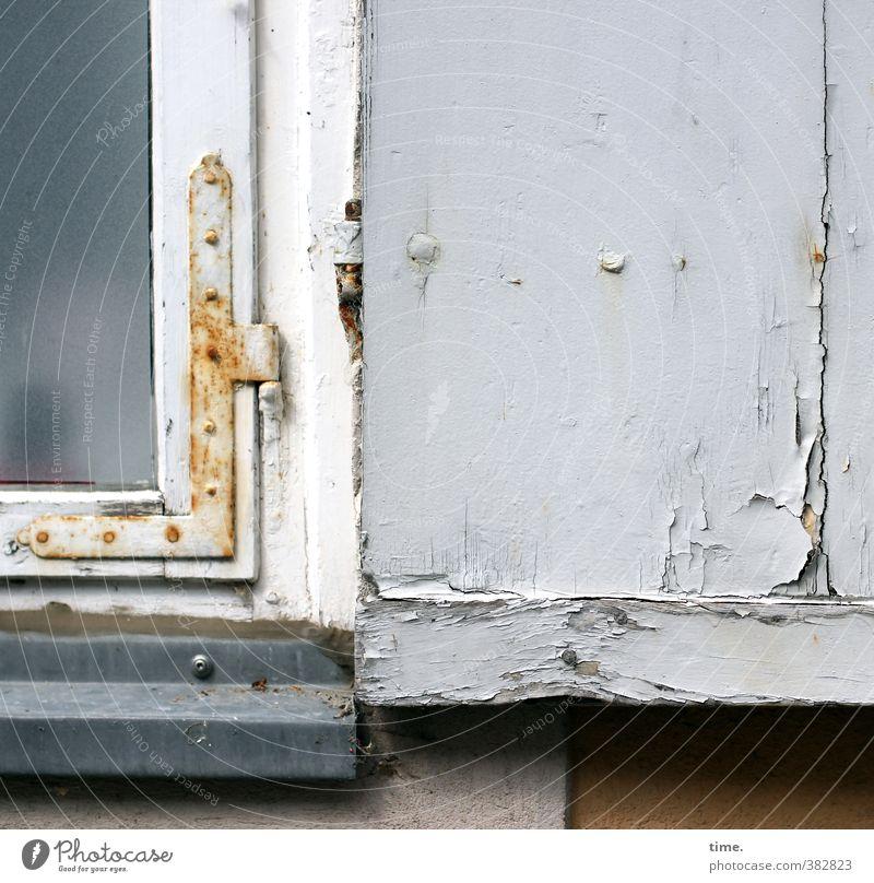 verspricht nicht, was es hält Haus Mauer Wand Fenster Fensterladen Fensterbrett Fensterscheibe Fensterrahmen lackiert Lack Beschläge Rost Holz Metall alt eckig