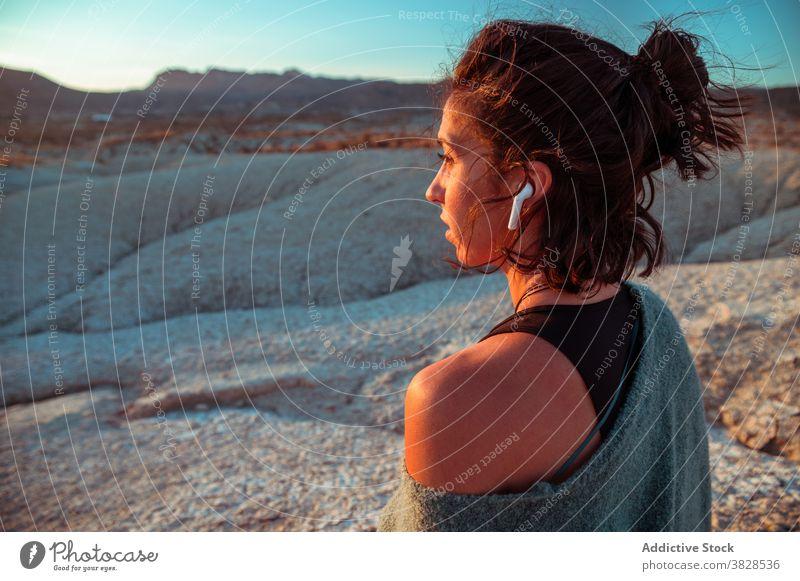 Frau genießt Sonnenuntergang in der Wüste Tal wüst Ödland sportlich friedlich nachdenken sich[Akk] entspannen ruhig Natur Gelassenheit Abend Harmonie Felsen