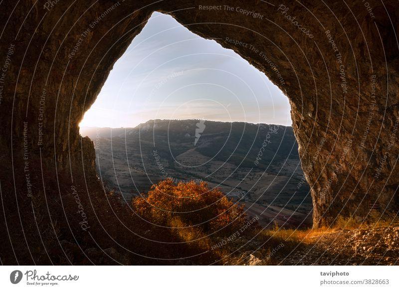 schöne Aussicht aus der Höhle in der Morgendämmerung Landschaft malerisch Felsen Ansicht natürlich Natur Stein im Freien reisen natürlicher Bogen Urlaub