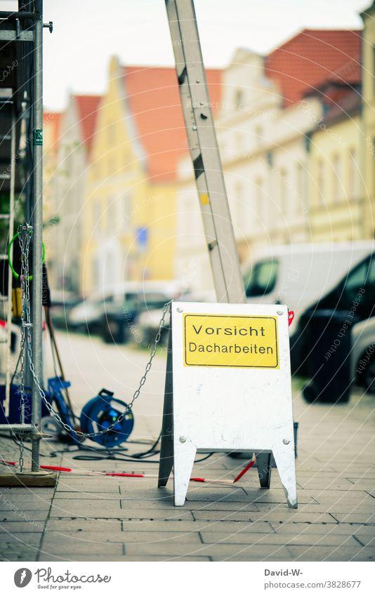 Baustelle - Warnung - Schild - Achtung Baustelle Dacharbeiten Dachdecker vorsicht Hinweis absperrung Leiter Versicherung Stadt