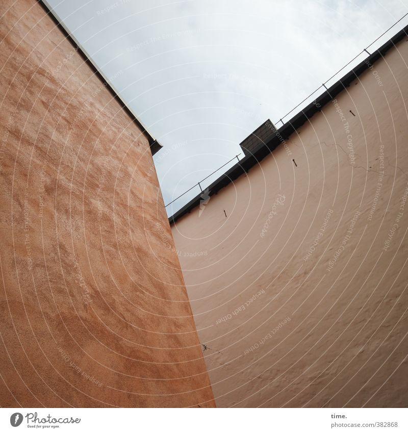 Mutterschiffe Mauer Wand Fassade Dach Dachrinne Hinterhof fensterlos bedrohlich dunkel groß hoch Stadt orange Partnerschaft Design Endzeitstimmung Gefühle